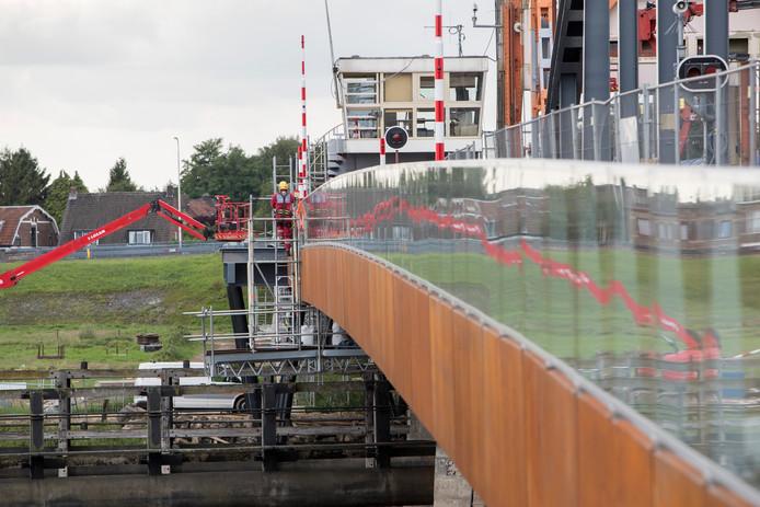Bewoners van het Zutphense stadsdeel De Hoven vinden dat het voetpad van de Oude IJsselbrug te slecht verlicht is. Burgerbelang Zutphen Warnsveld wil dat het college van B&W daar iets aan gaat doen.