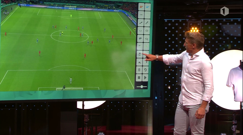 Wesley Sonck analyseert een spelfase. Beeld VRT