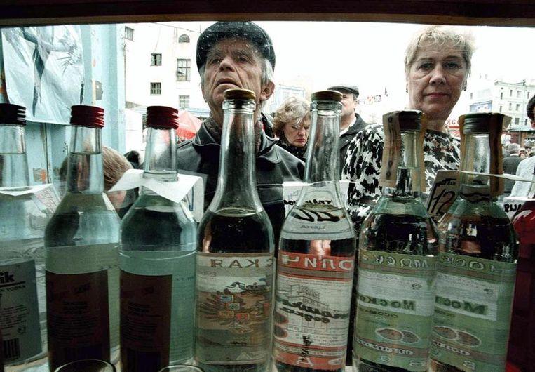 Het Russische Kankeronderzoekscentrum in Moskou noemde vorige week het verband tussen wodka en de overlijdensgevallen een gezondheidscrisis voor Rusland. Beeld afp