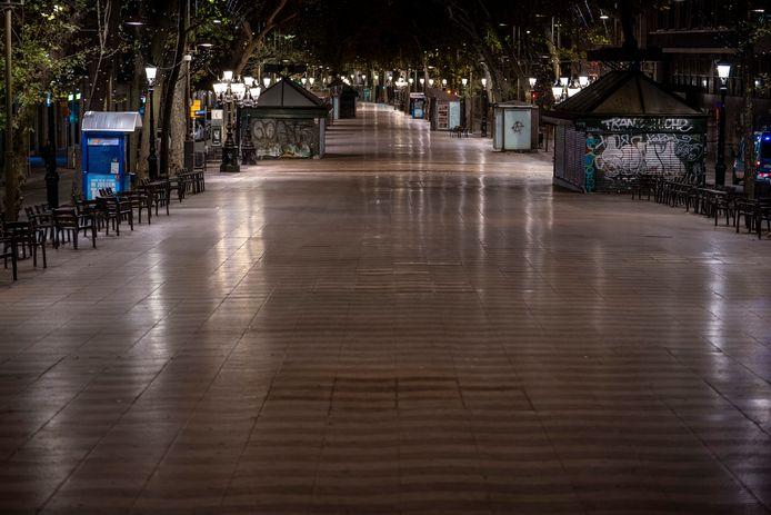 Een lege Ramblas in Barcelona. In Spanje geldt een landelijke avondklok van 23 uur tot 6 uur.