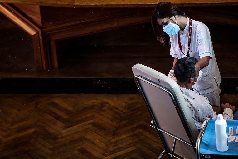 In Rome wordt een man gevaccineerd tegen Covid-19. Beeld EPA