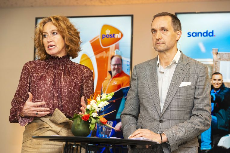 Topvrouw Herna Verhagen van PostNL en Ronald van de Laar, directeur van Sandd Holding, bij de bekendmaking van de overname van Sandd.  Beeld ANP