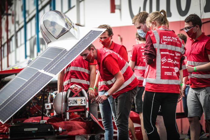 De wagens mogen overdag enkel op zonne-energie werken.