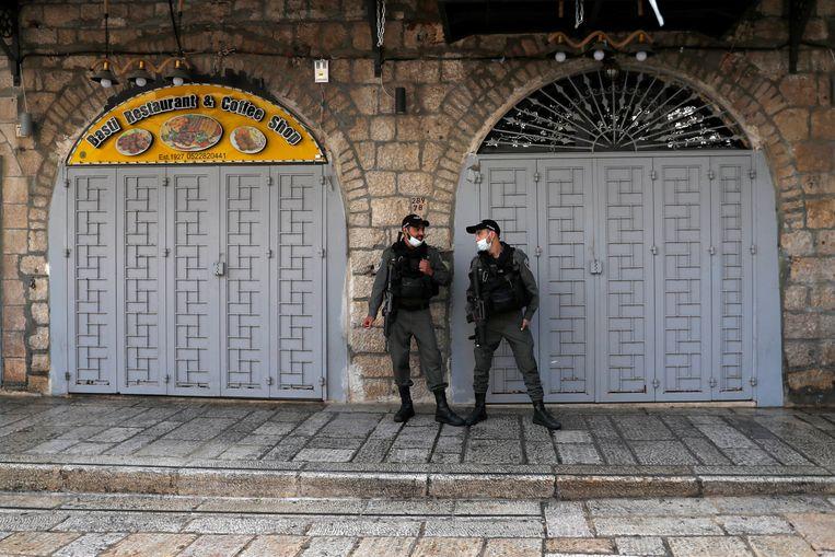 Politieagenten bewaken de verlaten Oude Stad in Jeruzalem. Beeld EPA
