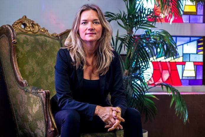 Suzanne Rethans. In 'Begeerd en verguisd' beschrijft Suzanne Rethans het leven van de grootste internationale filmster die Nederland ooit heeft voortgebracht: Sylvia Kristel.