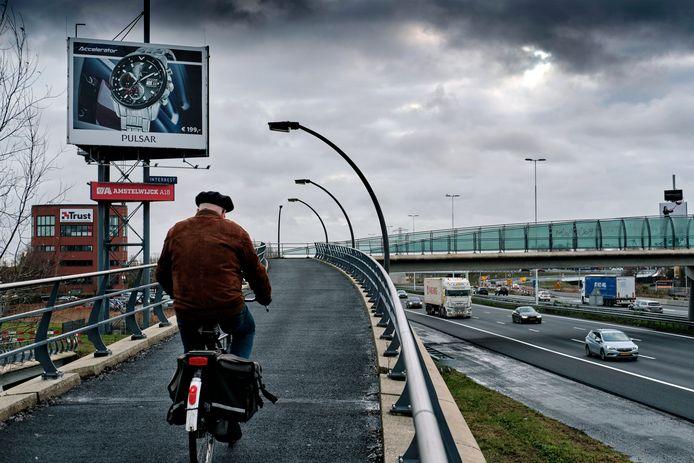 Het fietspad naast de A16.