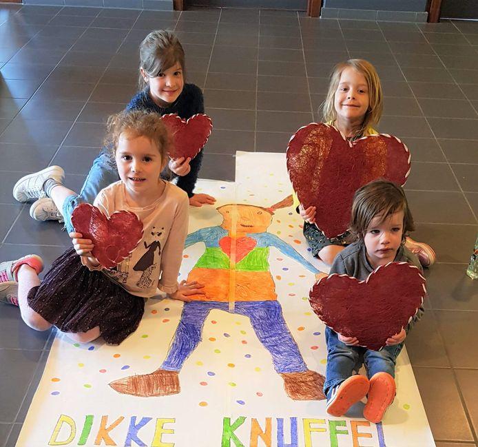 Kinderen van De Knipoog maken een mooie tekening voor de bewoners van het woonzorgcentrum.