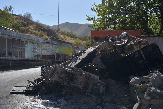 Cette photo montre un véhicule brûlé le long d'une route dans la région de Tawakh, dans la province du Panchir, le 15 septembre 2021, quelques jours après que le groupe islamiste pur et dur a annoncé la prise de la dernière province résistant à son autorité.