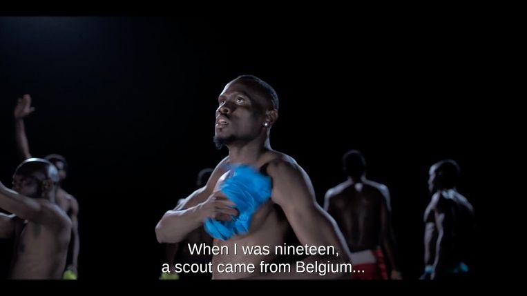 Junior Bright Etuwe in de documentaire 'Sideline', die vandaag zijn première beleeft op het Film Festival van Oostende.  Beeld RV