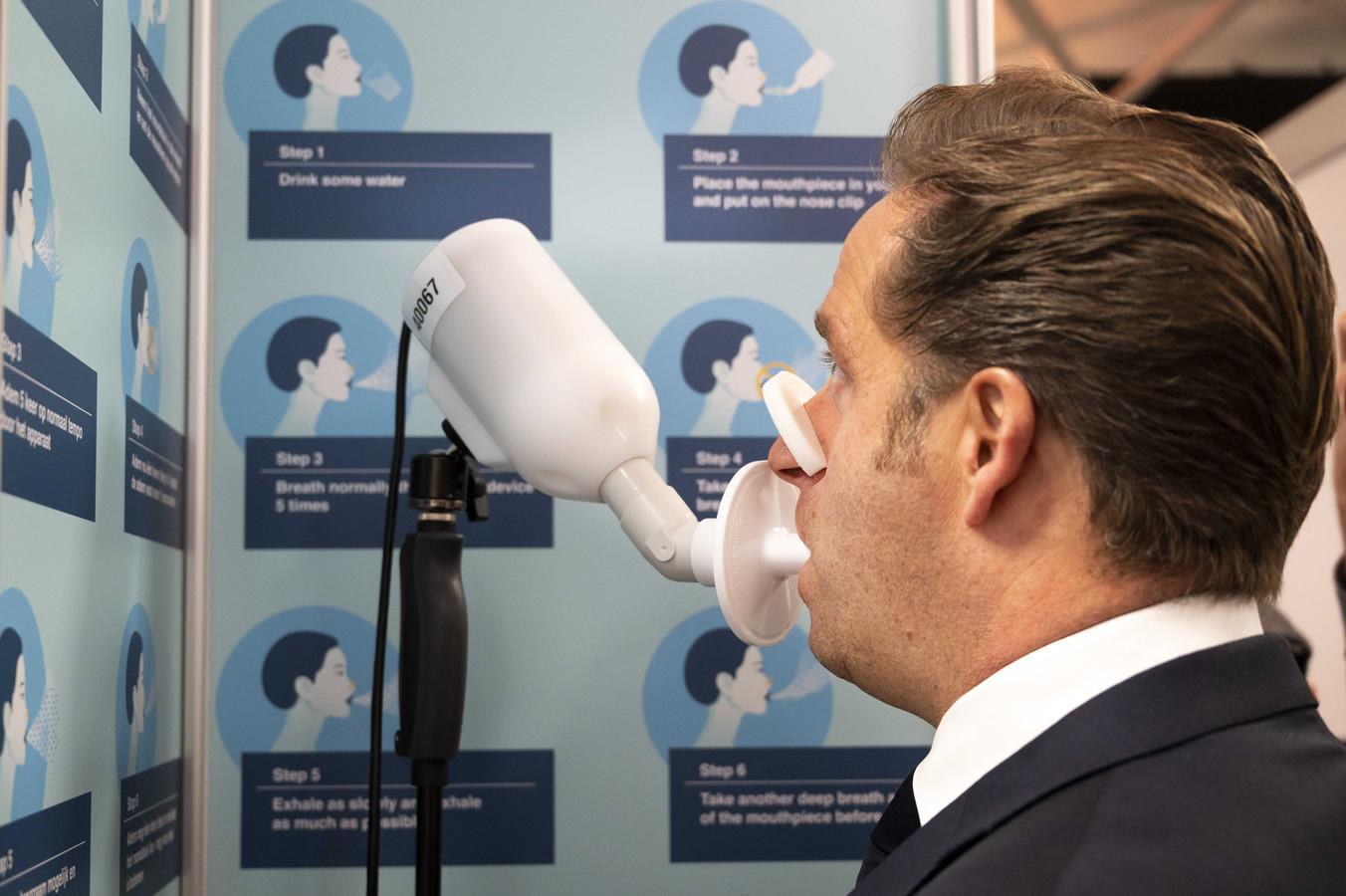 Demissionair minister Hugo de Jonge (Volksgezondheid) tijdens een ademtest.