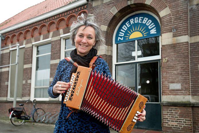 Ardy Proot organiseert bijeenkomsten voor individuele muzikanten in het Zuidergebouw. Zelf speelt ze trekharmonica.