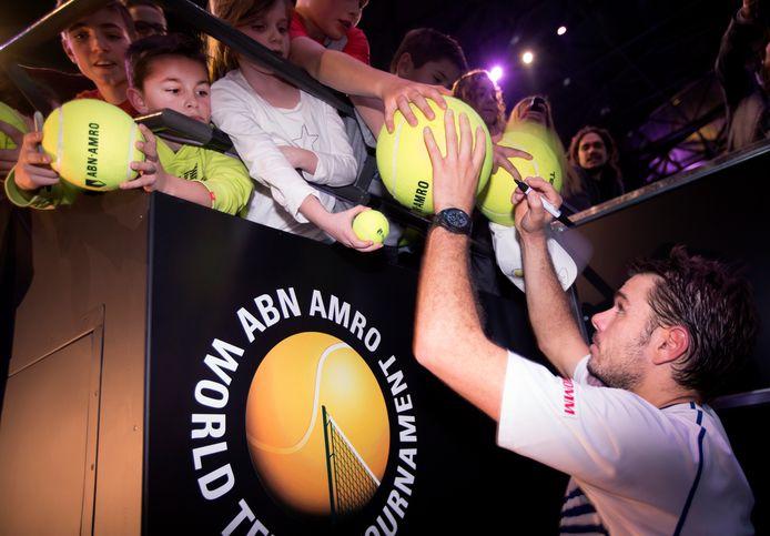 Stan Wawrinka deelt handtekeningen uit na het winnen van de finale in Rotterdam in 2015.