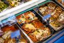In de koelvitrine allerlei verse, Italiaanse delicatessen, die thuis kunnen worden opgewarmd.