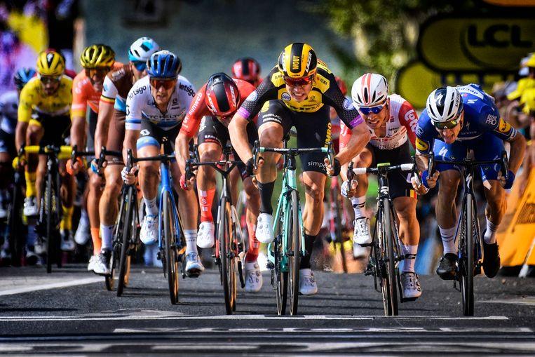 Wout van Aert is in rit 10 sneller dan Elia Viviani (rechts) en Caleb Ewan (tweede van rechts). 'Een paar centimeter volstaat.' Beeld BELGA