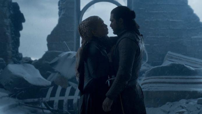 Dany smeekt Jon om haar te volgen.