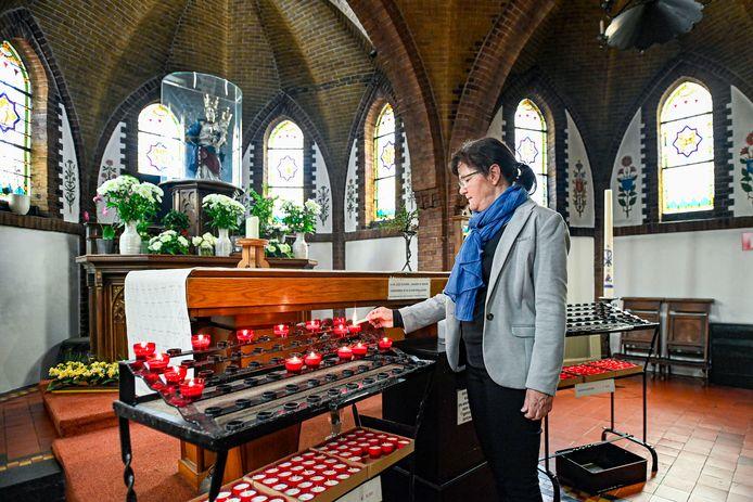 Helen van Oosterhout steekt kaarsje op in de kapel van Zegge, de Maria meimaand is begonnen.