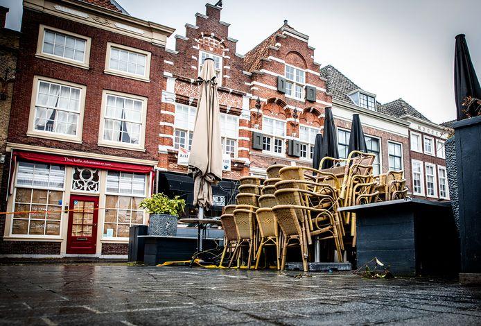 Lege terrassen, zoals hier in Dordrecht: hoe lang zal het kabinet die aanpak nog volhouden?