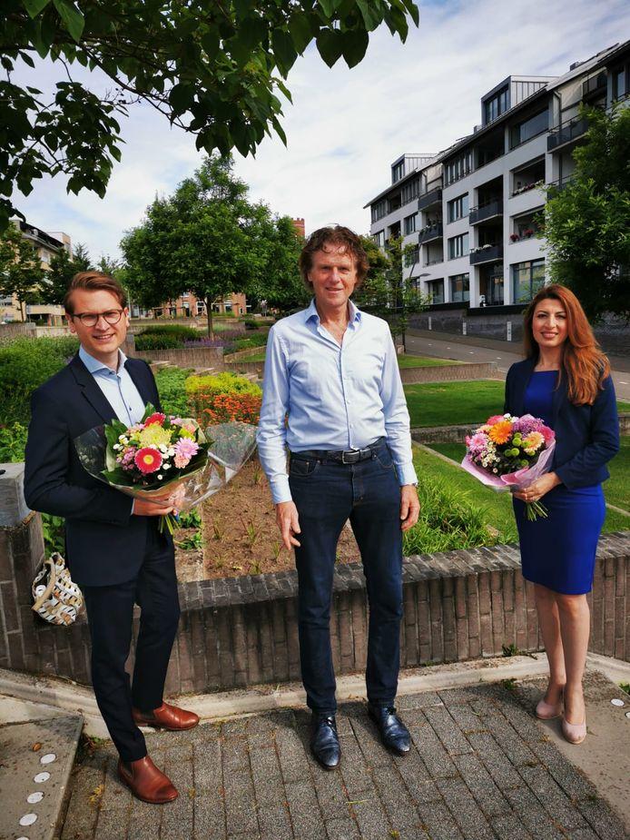 Jaimi van Essen (links) en Mari Ailo-Zaia (rechts), de lijsstrekkers van D66 Losser en Oldenzaal. In het midden voorzitter Louis Nijmeijer van de afdeling Noordoost Twente.