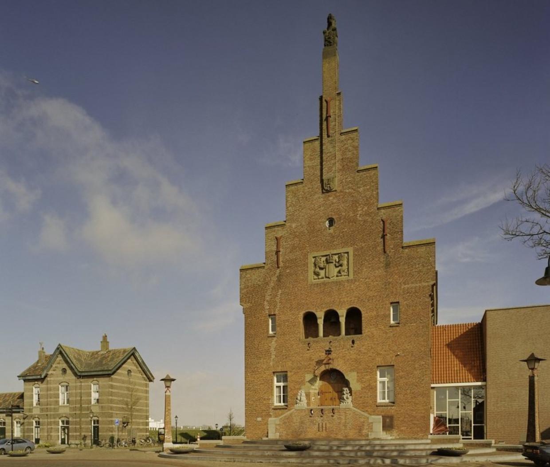 Het stadhuis van Medemblik van architect A. J. Kropholler.