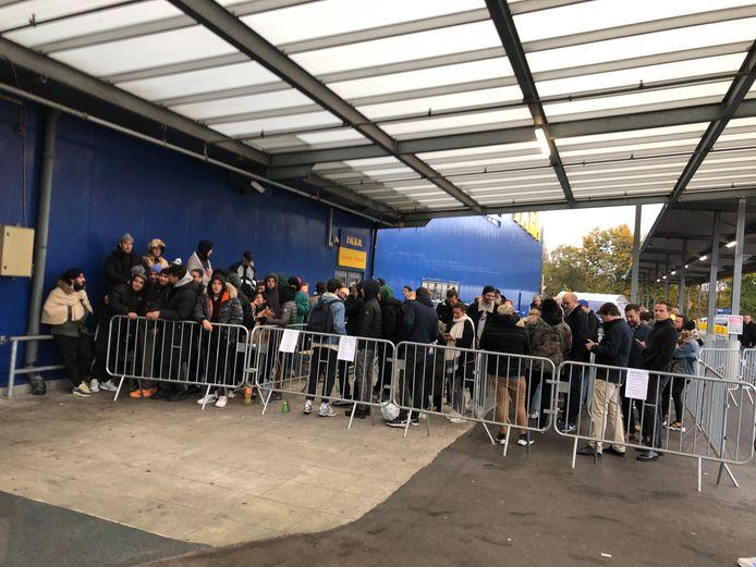 Plus de 200 personnes étaient agglutinées devant les portes d'IKEA Zaventem ce jeudi à l'aube