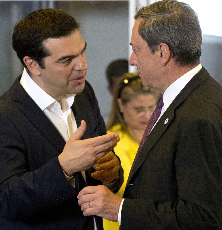 De Griekse premier Tsipras met ECB-topman Mario Draghi. Beeld AP