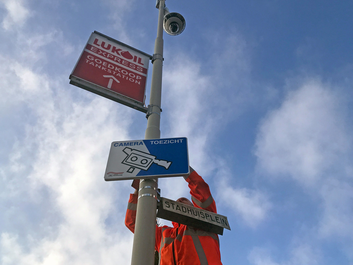 Een informatiebord wijst bezoekers op het gebruik van camera's op het Stadhuisplein in Gorinchem.