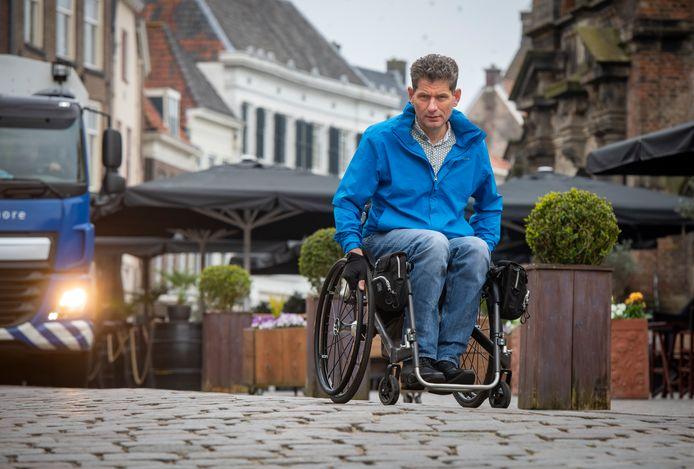 """Antoon Rotman in de binnenstad van Zutphen. ,,De gemeente moet leren andersom te denken."""""""
