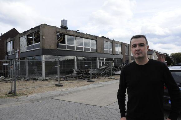 Burgemeester Bert Ceulemans voor het getroffen gebouw