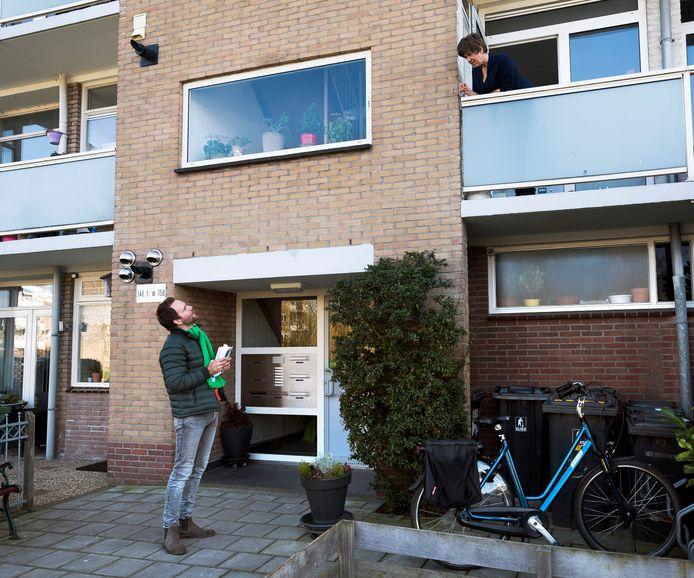 Statenlid en kandidaat Kamerlid (14de plaats) Derk Boswijk probeert in Maarssen een bewoonster te interesseren om op het CDA te stemmen.