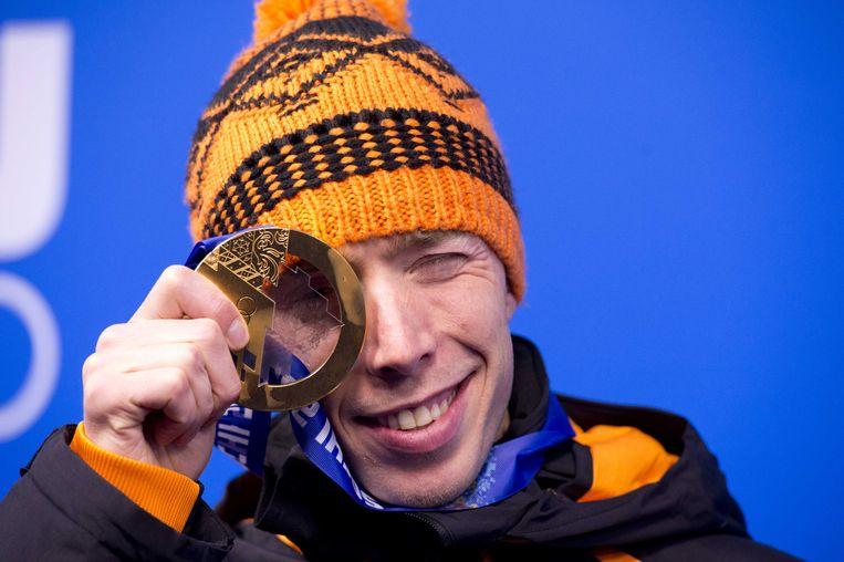 2014-02-19 SOTSJI - Jorrit Bergsma met zijn gouden medaille tijdens de medailleceremonie voor de 1000 meter op Medal Plaza tijdens de Olympische Winterspelen. ANP ROBIN UTRECHT Beeld ANP