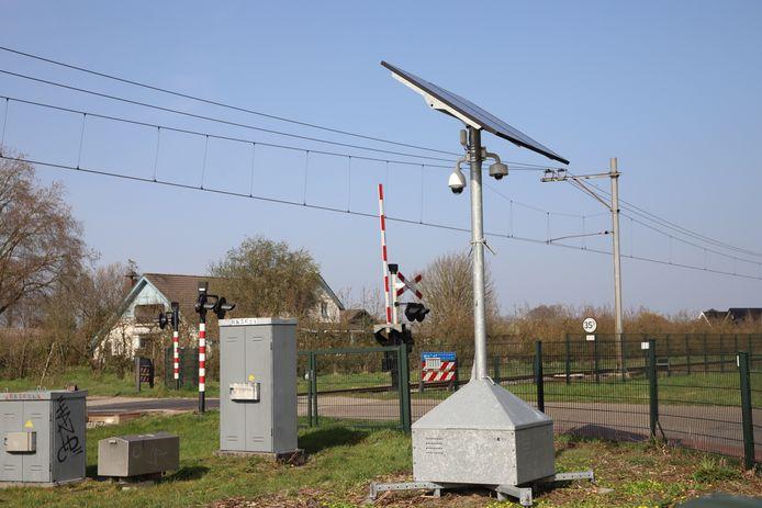 Prorail heeft een mobiele camera geplaatst bij een spoorwegovergang aan de Groenestraat in Wadenoijen.