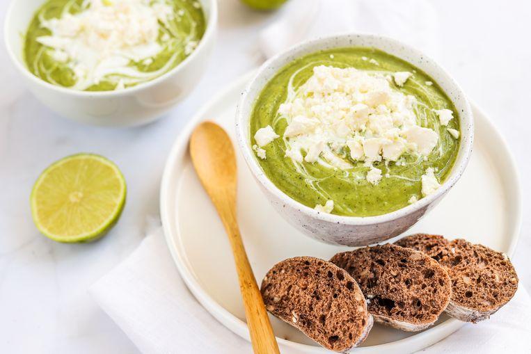 Avocado-courgette soep met feta Beeld