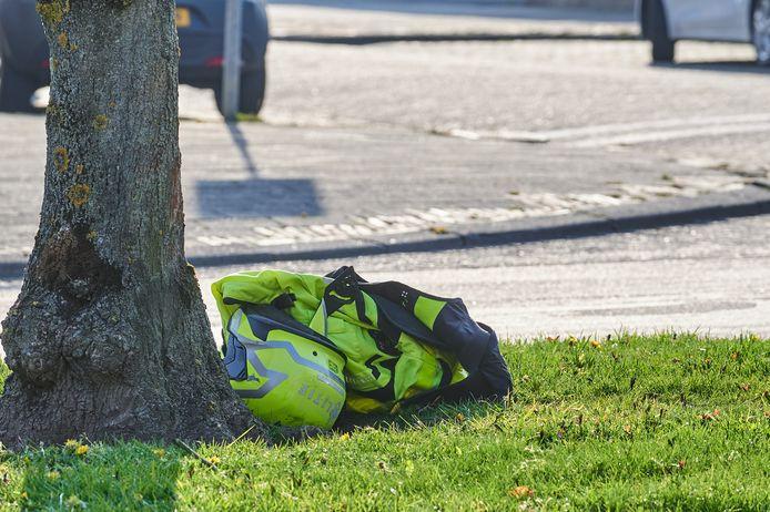 De jas en helm van de motoragent bleven achter bij een boom.