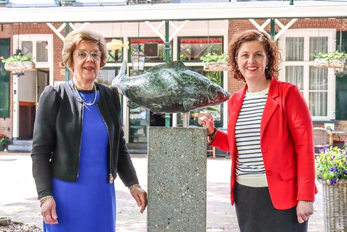Elisabeth Remmelink (rechts) met haar moeder Rita, die nog dagelijks helpt in de Gouden Karper in Hummelo.