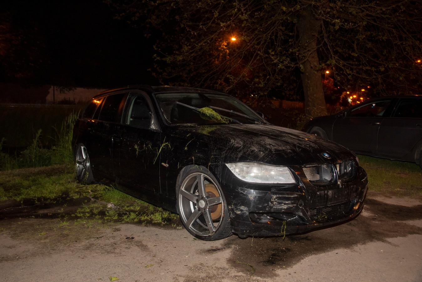 De auto vloog in de Rabotstraat uit de bocht en reed door de vangrail het water van 't Liefken in.