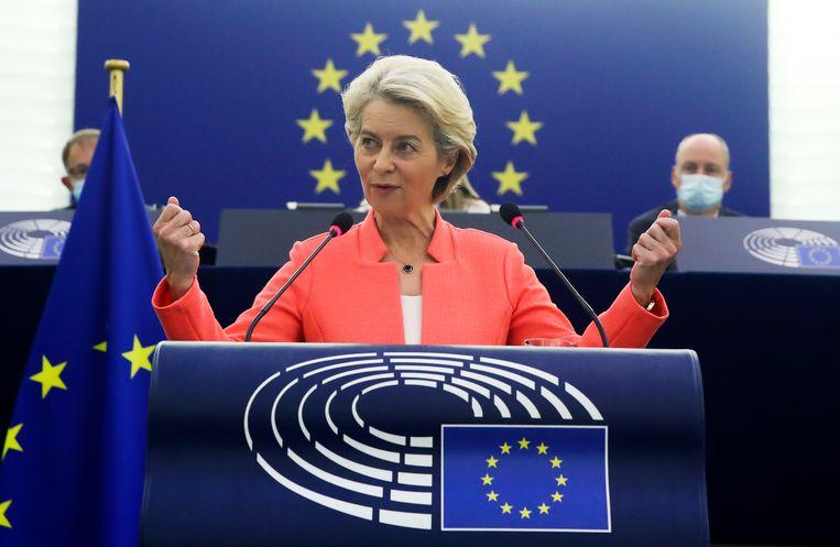 Europees Commissievoorzitter Ursula von der Leyen vanmorgen in het Europees parlement in Straatsburg. Beeld AP