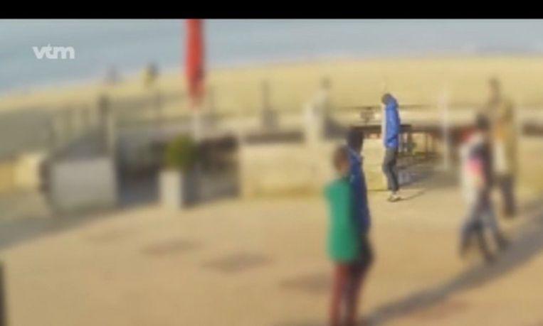 De man met de blauwe jas werd ettelijke keren gefilmd in de periode rond de moord op Sofie Muylle. Beeld vtm