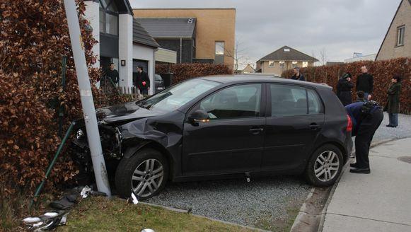 Op het einde van de rit kwam de vrouw in de Volkswagen tot stilstand tegen een verlichtingspaal en een geparkeerde Audi.