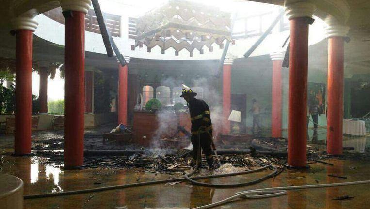 De lobby van het hotel vloog in brand. Beeld Twitter