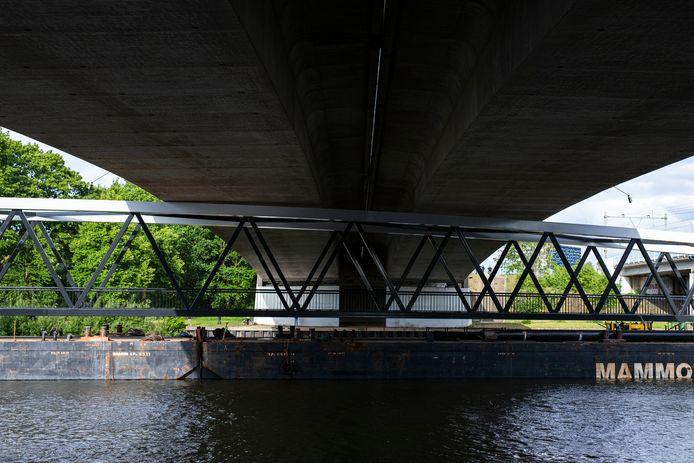 Transporteurs hebben bij een brug over het Maas-Waalkanaal diverse pogingen ondernomen om de fietsbrug Cuijk-Mook er onderdoor te laten varen. Dat is nog niet gelukt.