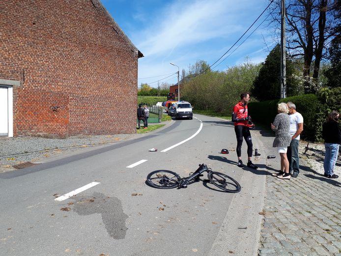 De wielertoeristen reden de Keistraat naar beneden.