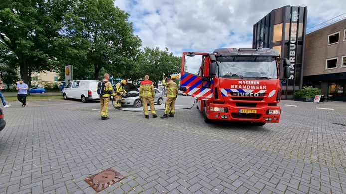 Autobrand vlakbij de Shell aan de Lange Amerikaweg in Apeldoorn.