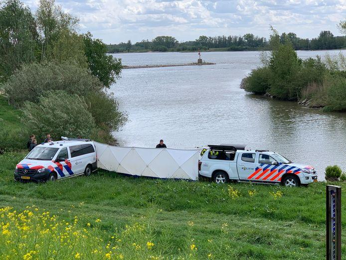Het lichaam dat donderdag werd gevonden in de Waal bij Herwijnen is nog niet geïdentificeerd.