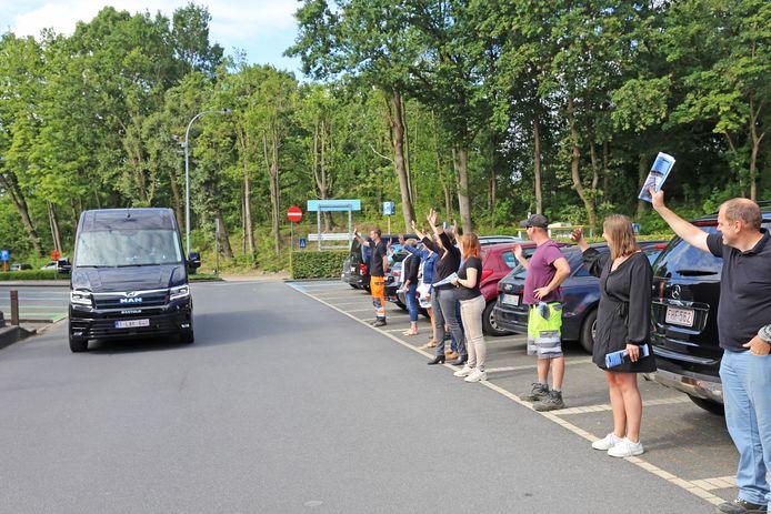 Toen het busje met de gemeentesecretaris vertrok, vormde het personeel een erehaag.