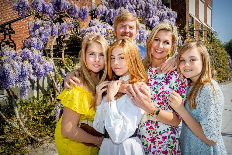 Prinses Alexia (tweede van links) kreeg op Koningsdag veel reacties op haar uiterlijk. Beeld ANP/Patrick van Katwijk