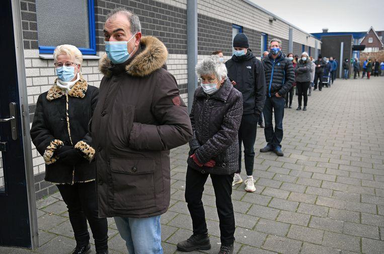 Inwoners van Bergschenhoek, gemeente Lansingerland, laten zich testen. Beeld Marcel van den Bergh