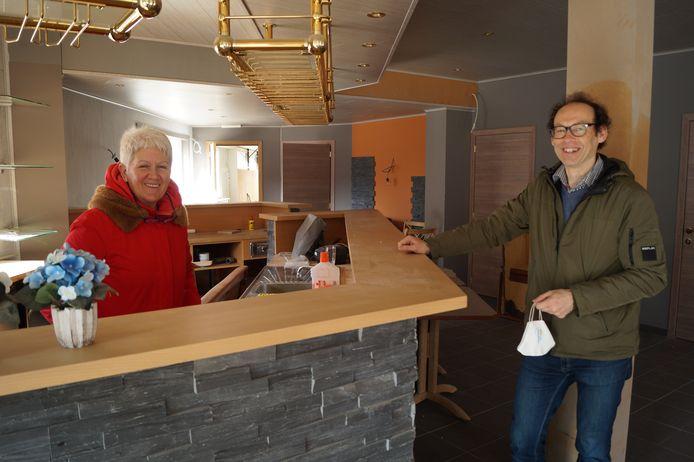 Anne Hoet en Kris Vandenbussche van de Wereldwinkel in het nieuwe pand, dat voorlopig nog is ingericht als café