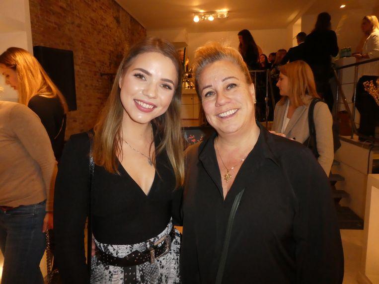 Beauty-YouTuber Kristina Kirjanova en visagist Zygia Jongbloed. Beeld Hans van der Beek