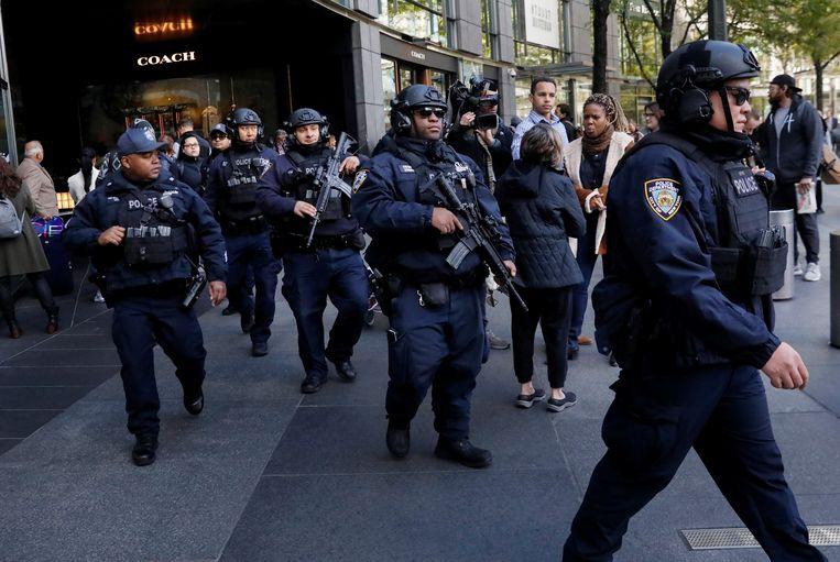 Politieagenten van de New York Police Department verlaten het Time Warner Center nadat in het kantoor van nieuwszender CNN een verdacht pakketje werd aangetroffen. Beeld Reuters