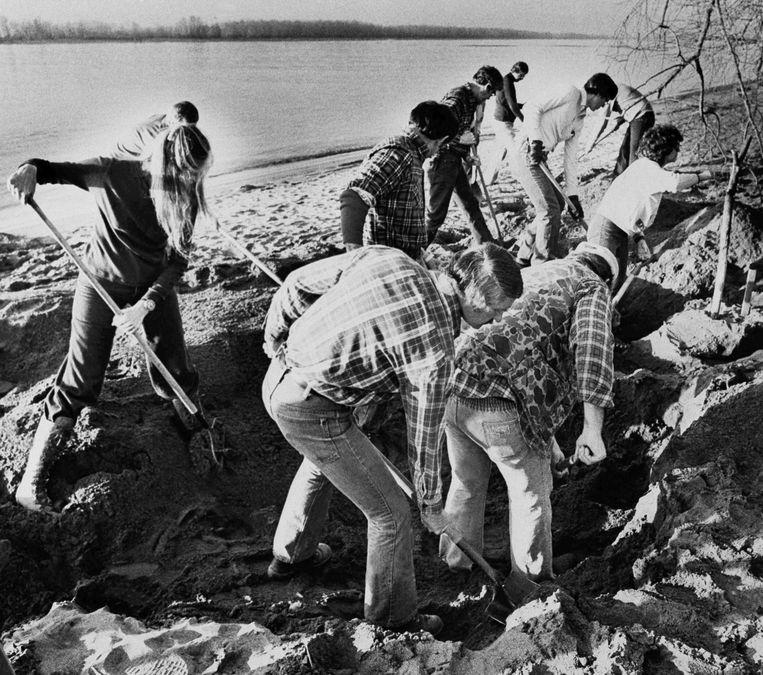 FBI-agenten zoeken in 1980 langs de Columbia-river naar een deel van het losgeld van 200.000 dollar. Beeld ap